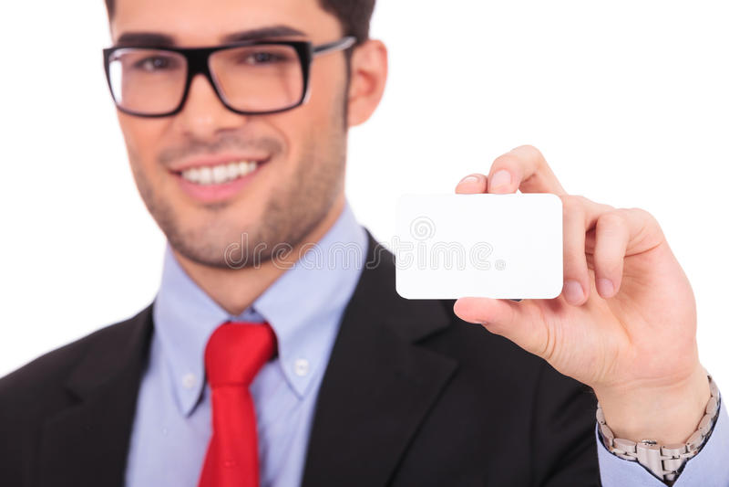 Uomo che tiene biglietto da visita in bianco fotografie stock libere da diritti
