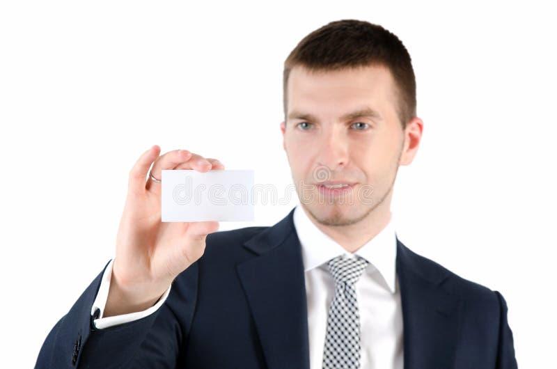 Uomo che tiene biglietto da visita bianco su fondo bianco fotografia stock libera da diritti