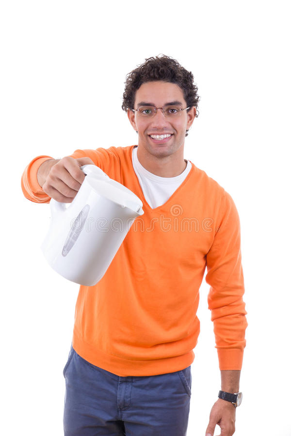 Uomo che tiene bollitore elettrico per versare acqua bollente fotografia stock