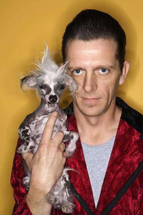 Uomo che tiene cane unico. fotografia stock libera da diritti