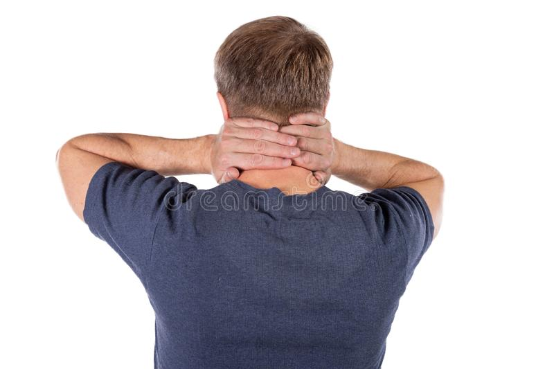 Uomo che tiene il suo collo nel dolore su fondo bianco Dolore al collo più basso Tipo che tocca il suo collo per il dolore immagini stock libere da diritti