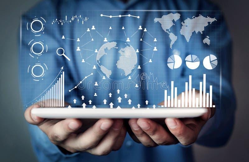 Uomo che tiene la compressa di Digital Statistiche finanziarie, grafici commerciali, rete sociale e collegamento Futuro e concett