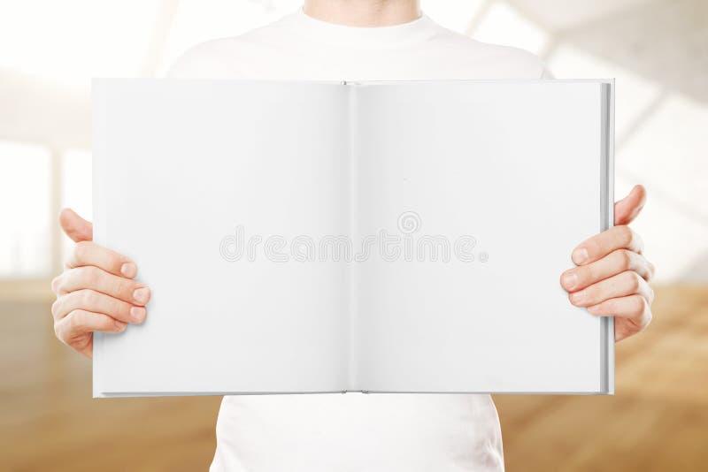 Uomo che tiene libro vuoto illustrazione vettoriale