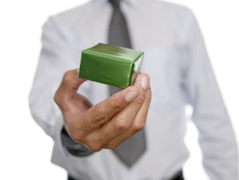 Uomo che tiene piccolo regalo immagini stock libere da diritti