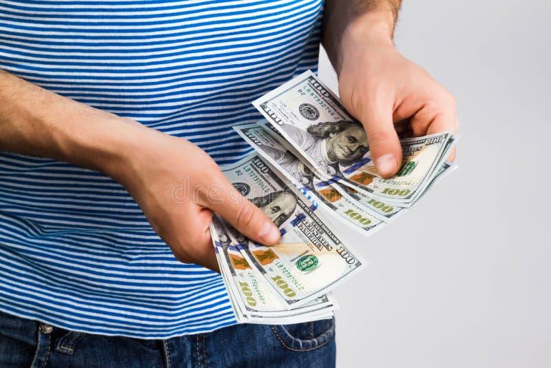 Uomo che tiene soldi in mano fotografia stock