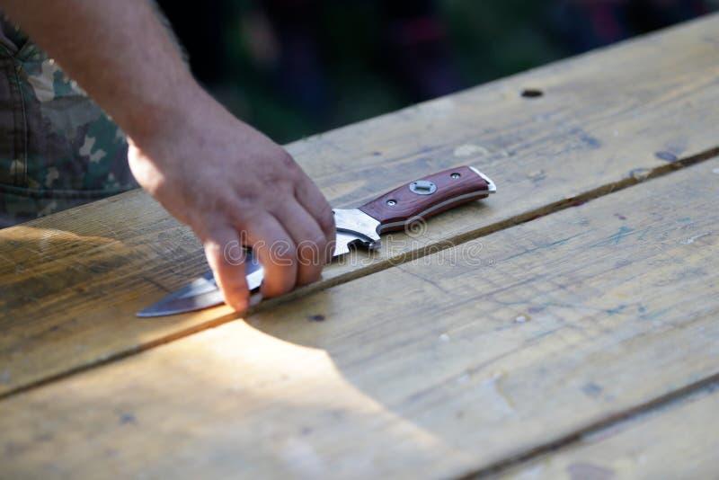 Uomo che tiene un coltello militare immagine stock libera da diritti