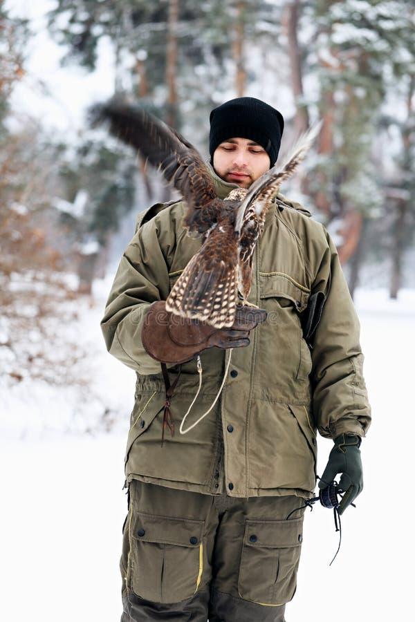 Uomo che tiene un falco immagini stock