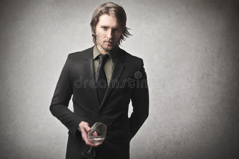 Uomo che tiene un vetro fotografia stock libera da diritti