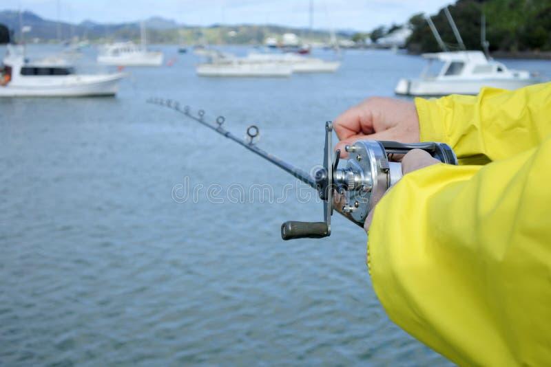 Uomo che tiene una canna da pesca fotografia stock libera da diritti