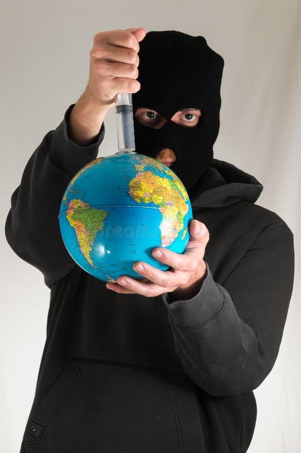 Uomo che tiene una terra del globo fotografie stock libere da diritti