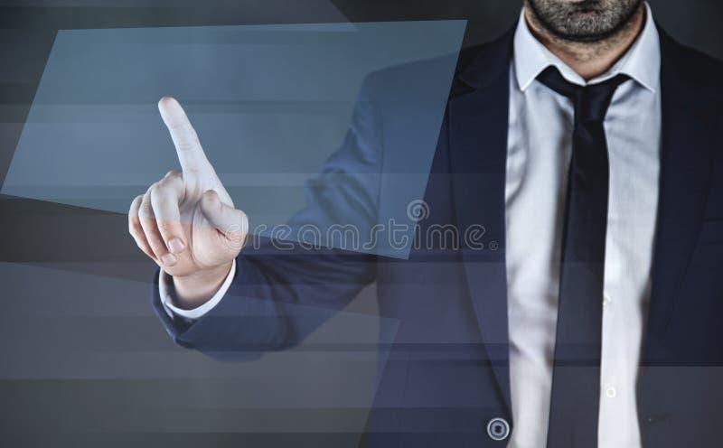 Uomo che tocca in schermo fotografie stock