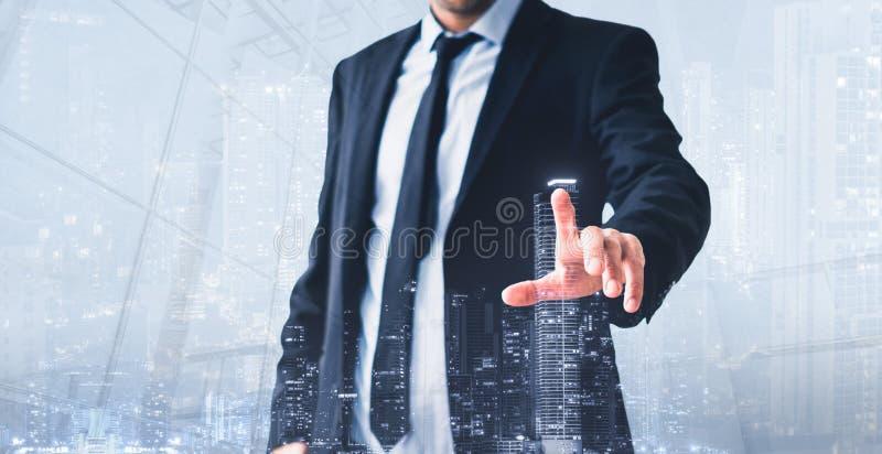 Uomo che tocca schermo virtuale, ologramma moderno dell'orizzonte - concetto dell'impresa immobiliare immagine stock libera da diritti