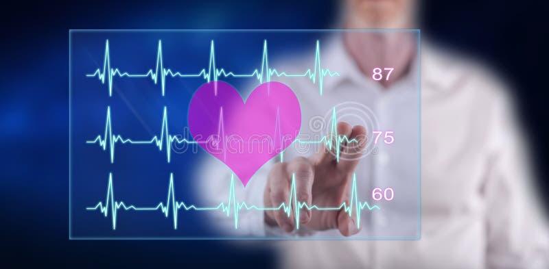 Uomo che tocca un concetto del grafico dei battiti cardiaci fotografia stock libera da diritti
