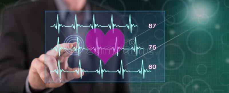 Uomo che tocca un concetto del grafico dei battiti cardiaci immagini stock libere da diritti