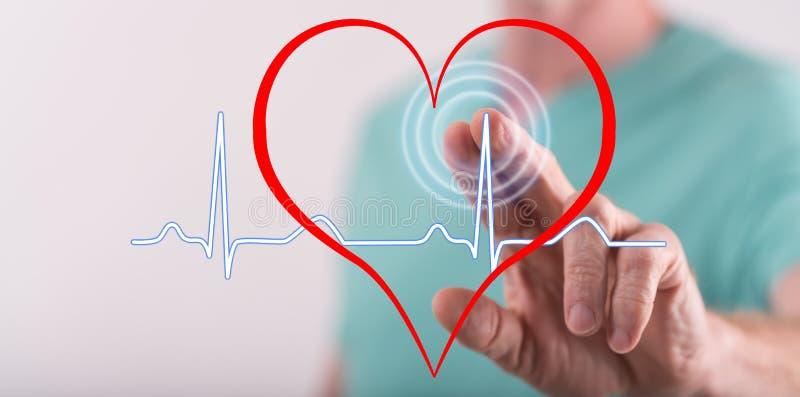 Uomo che tocca un grafico dei battiti cardiaci fotografia stock