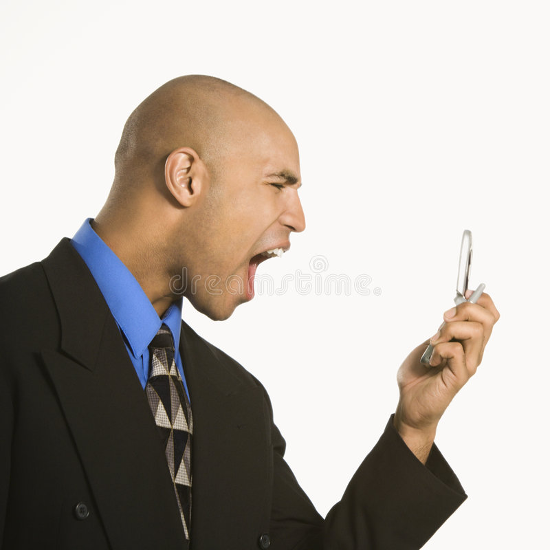 Uomo che urla al cellulare. immagine stock
