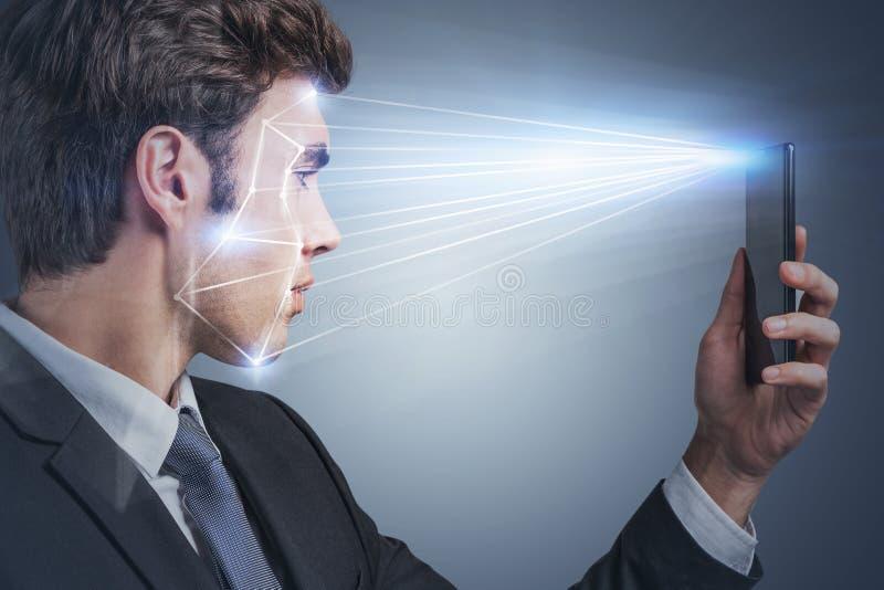 Uomo che usa la tecnologia di riconoscimento facciale, telefono immagine stock libera da diritti