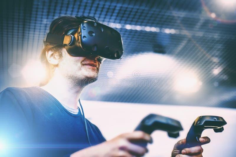 Uomo che usando i vetri di realtà virtuale, nuove tecnologie del casco di VR immagini stock