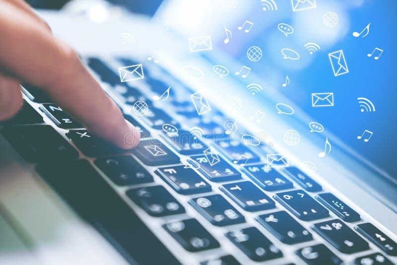 Uomo che usando il collegamento online della rete sociale dell'icona del computer portatile su Sc fotografia stock libera da diritti