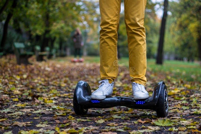Uomo che usando il hoverboard nero fotografia stock libera da diritti