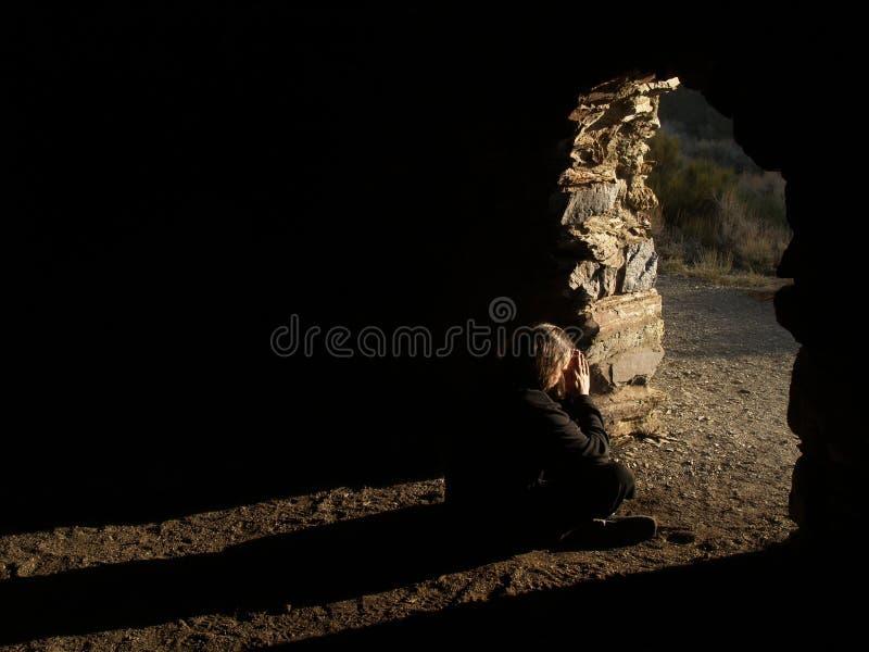 Uomo che vede l'indicatore luminoso immagine stock
