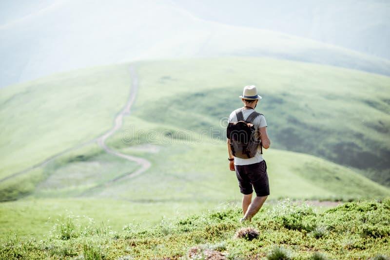 Uomo che viaggia nelle montagne immagini stock libere da diritti