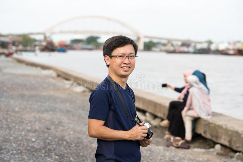 Uomo cinese con la macchina fotografica fotografia stock
