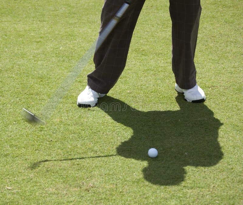 Uomo circa per colpire la sfera di golf immagine stock libera da diritti