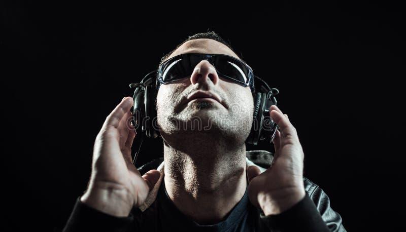 Uomo come musica d'ascolto del DJ immagini stock