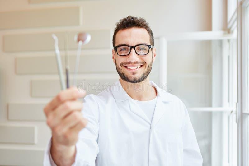 Uomo come professione dentaria dell'infermiere fotografie stock