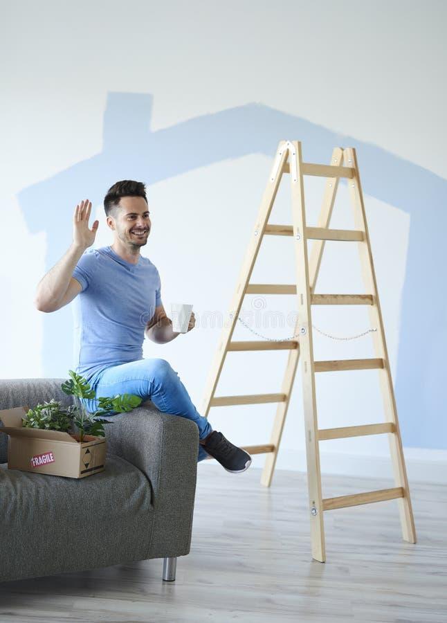 Uomo con caffè che prende rottura dalla casa commovente fotografia stock libera da diritti