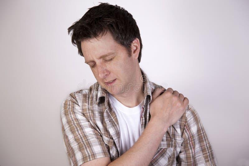 Uomo con dolore della spalla immagini stock libere da diritti
