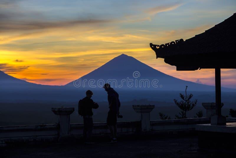 Uomo con e Volcano Agung come fondo fotografia stock