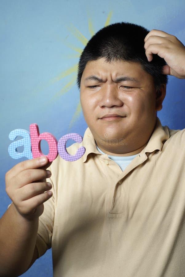 Uomo con gli alfabeti della gomma piuma fotografia stock libera da diritti