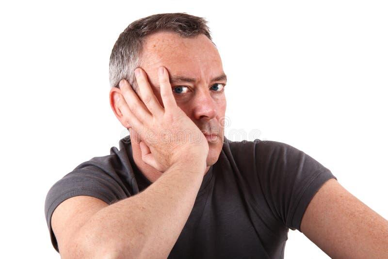 Uomo con gli occhi azzurri nel fondo bianco fotografia stock libera da diritti