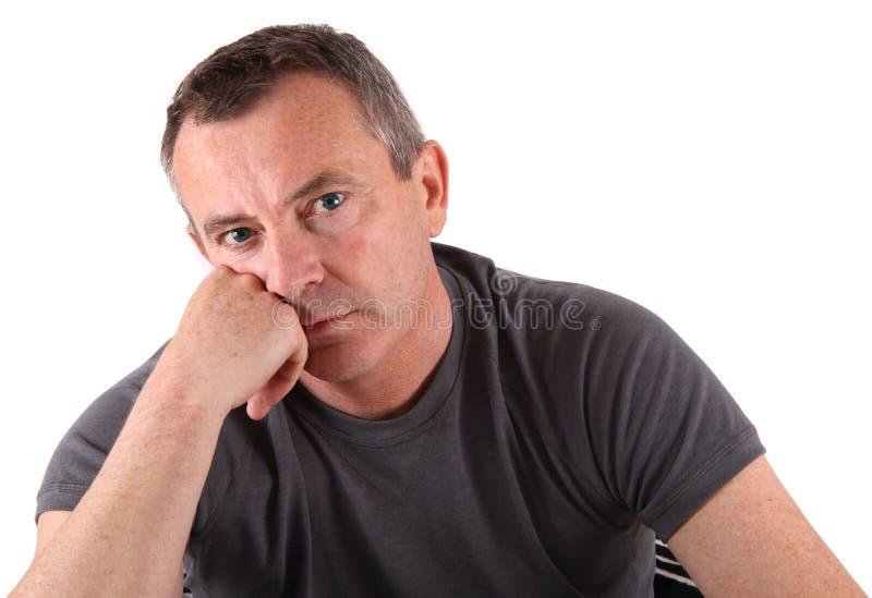 Uomo con gli occhi azzurri nel fondo bianco immagine stock