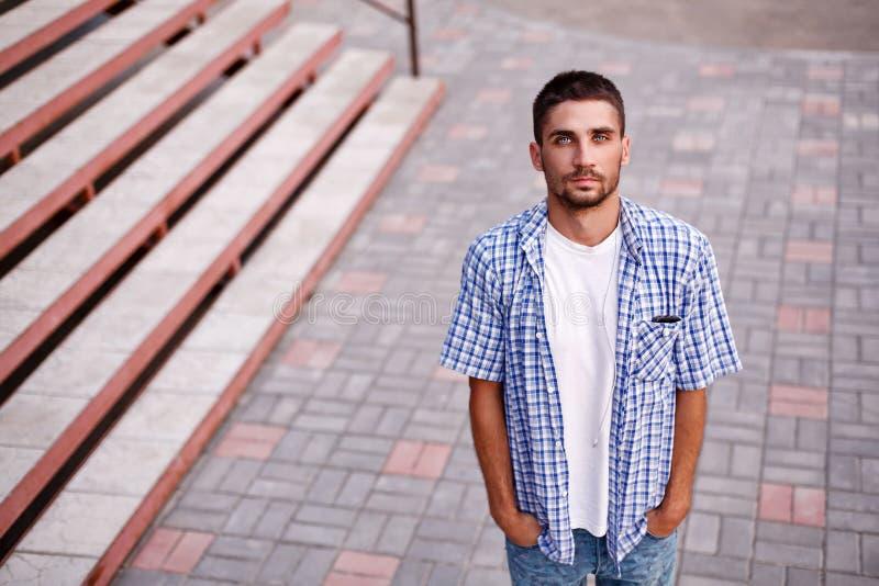 Uomo con i bei occhi fotografia stock