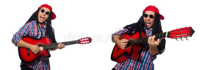 Uomo con i dreadlocks che giudicano chitarra isolata su bianco fotografia stock