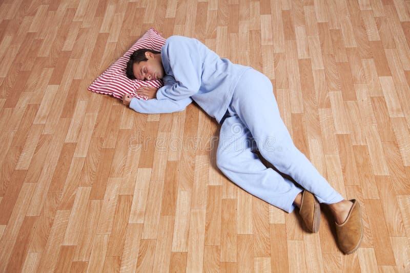 Uomo con i nightclothes fotografie stock libere da diritti
