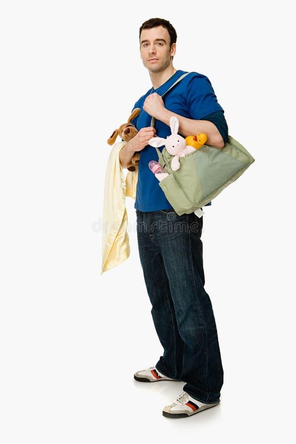 Uomo con i rifornimenti del bambino fotografia stock libera da diritti