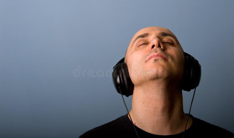 Uomo con i trasduttori auricolari. fotografia stock