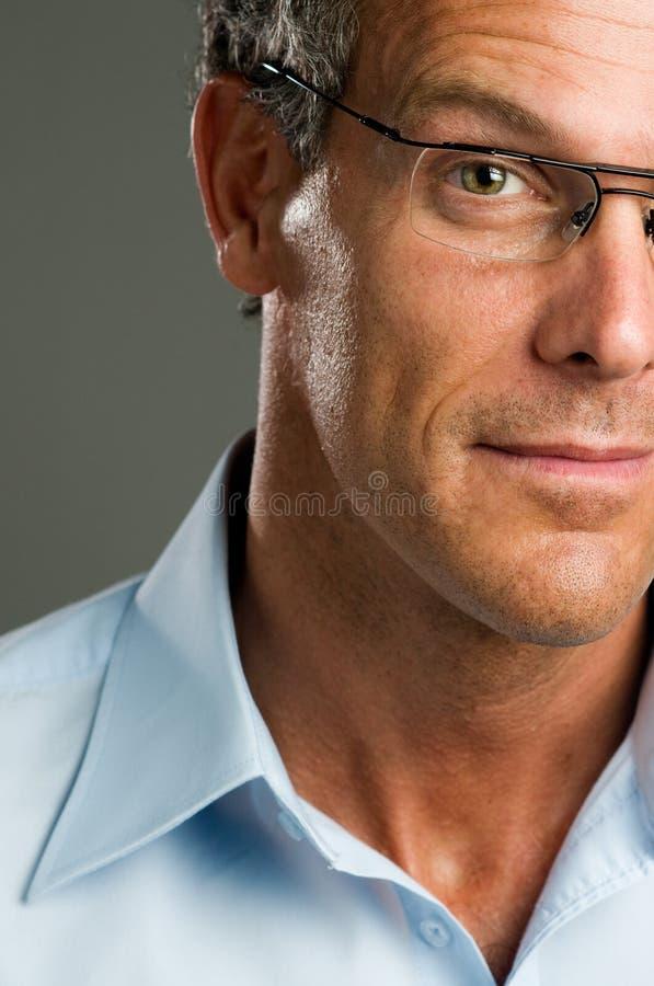 Uomo con i vetri fotografie stock