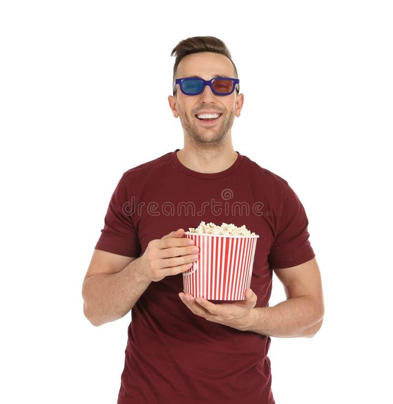 Uomo con i vetri 3D ed il popcorn durante la manifestazione del cinema immagine stock