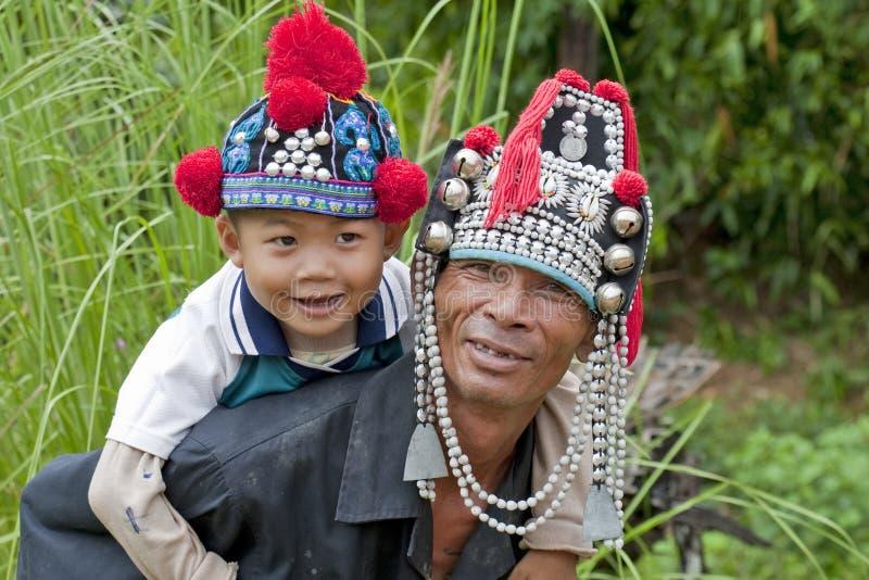 Uomo con il bambino in Asia, Akha fotografia stock libera da diritti