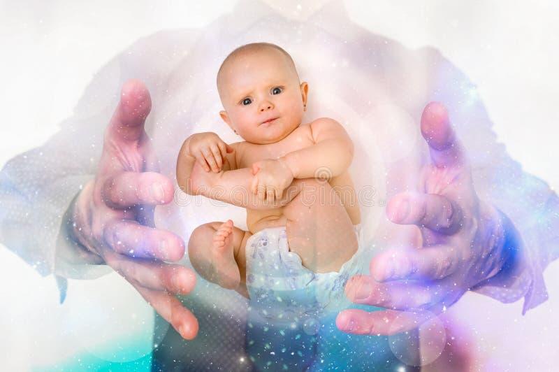 Uomo con il bambino fra le sue mani - cloni il concetto fotografia stock libera da diritti