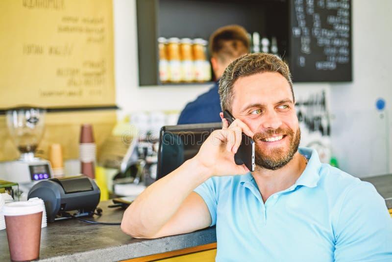 Uomo con il caffè di ordine dello smartphone Concetto dell'intervallo per il caffè Lascia il raduno in caffè Barista mobile del c immagine stock