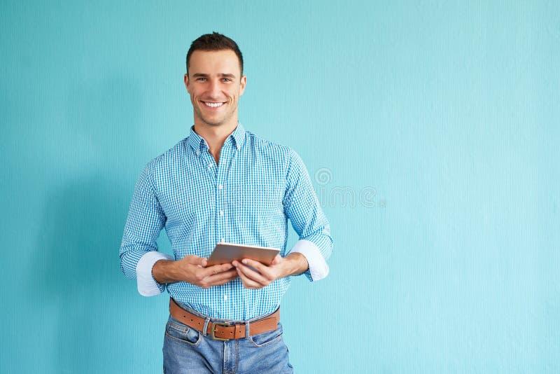 Uomo con il calcolatore del ridurre in pani fotografia stock