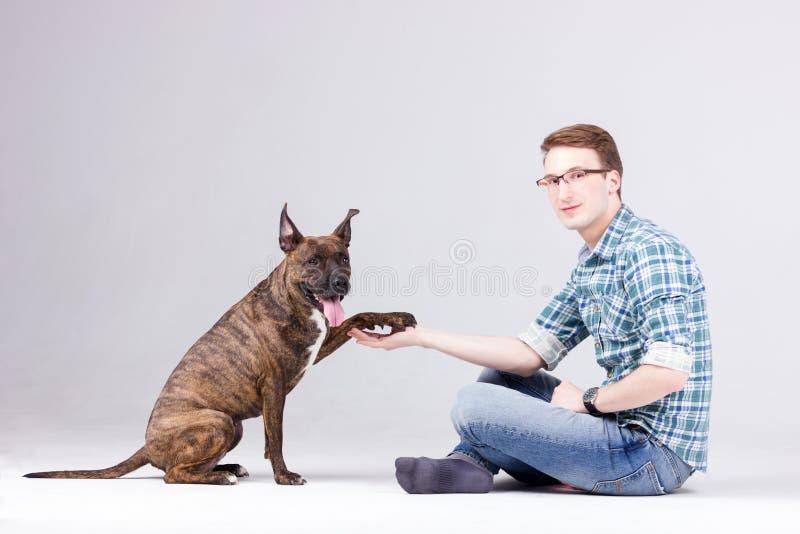 Uomo con il cane fotografie stock