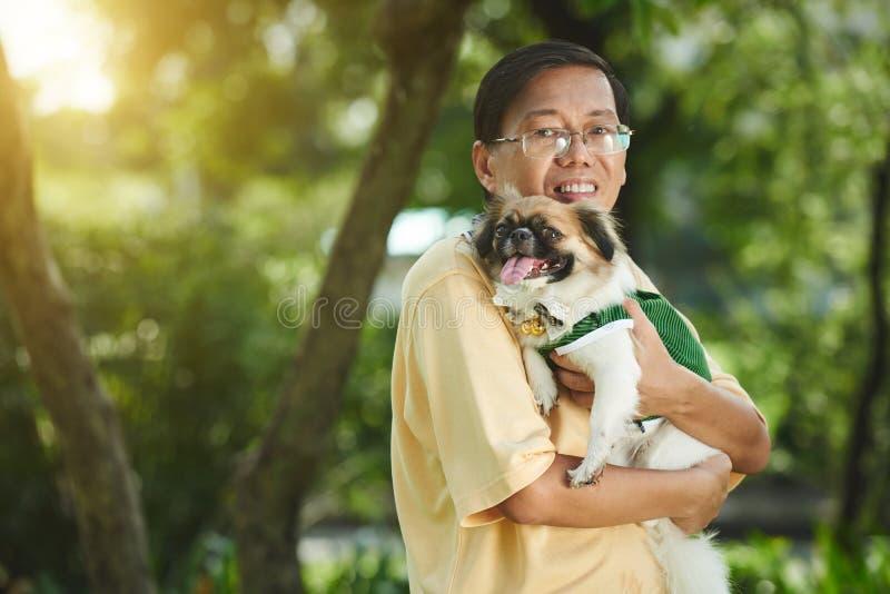 Uomo con il cane sveglio immagini stock libere da diritti