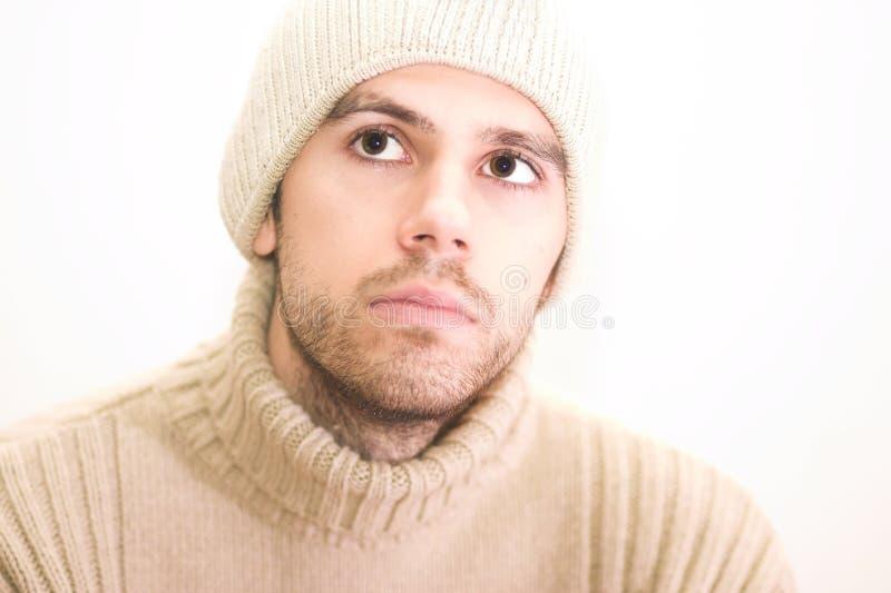 Uomo con il cappello che osserva in su immagine stock